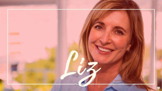 Mulher de meia idade, loira, sorrindo, com o nome Liz escrito em branco