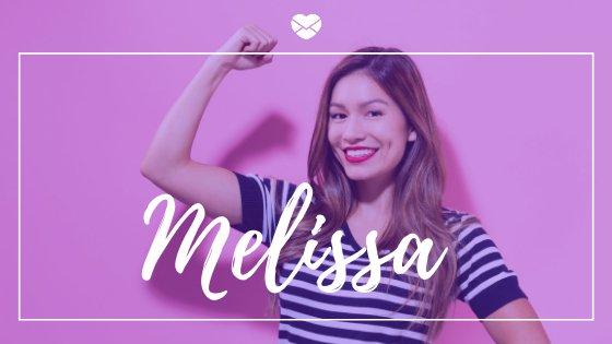 Mulher com braço erguido sorrindo com o nome Melissa escrito em branco