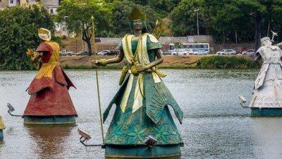 Estátua de Oxóssi suspensa em um lago