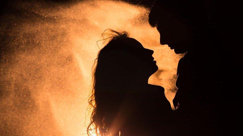 Silhueta de homem e mulher se olhando