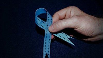 Mão segurando fita azul