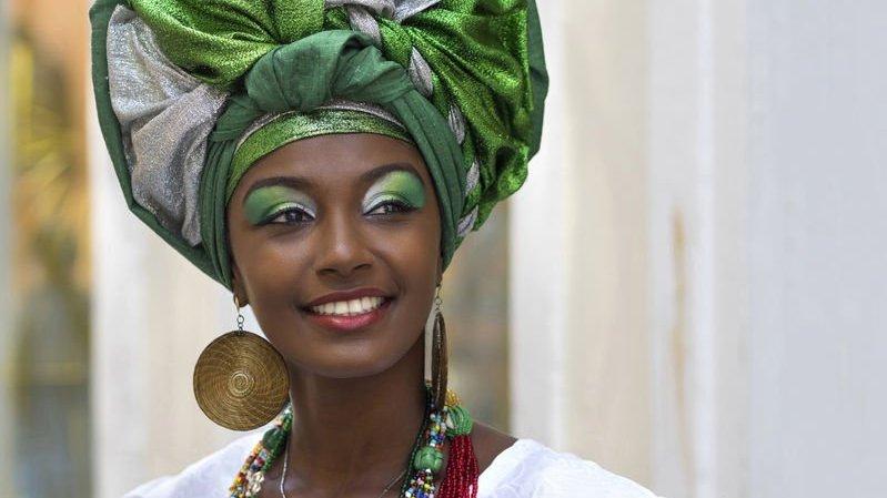 Mulher brasileira vestida com traje tradicional baiana