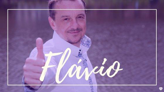 Homem sorrindo fazendo joia, com o nome Flávio escrito em branco