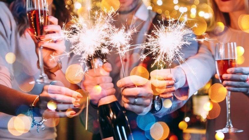 Amigos comemorando o Ano Novo