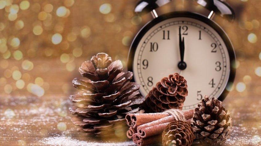 Enfeites de ano novo e relógio apontando meia noite