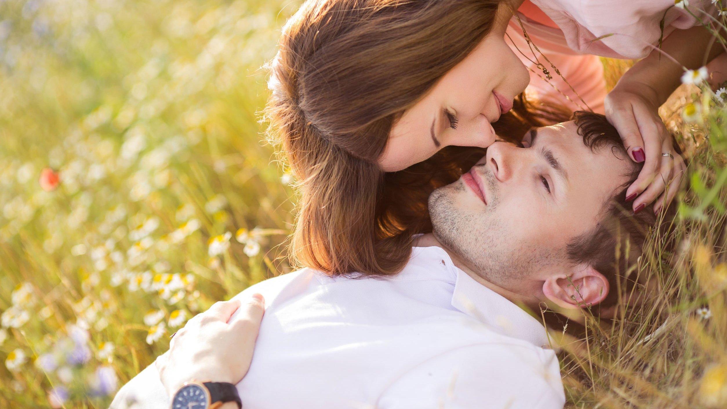 Casal juntos em campo.