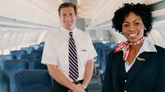Comissários de bordo na cabine do avião