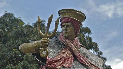 Escultura dourada de Exu