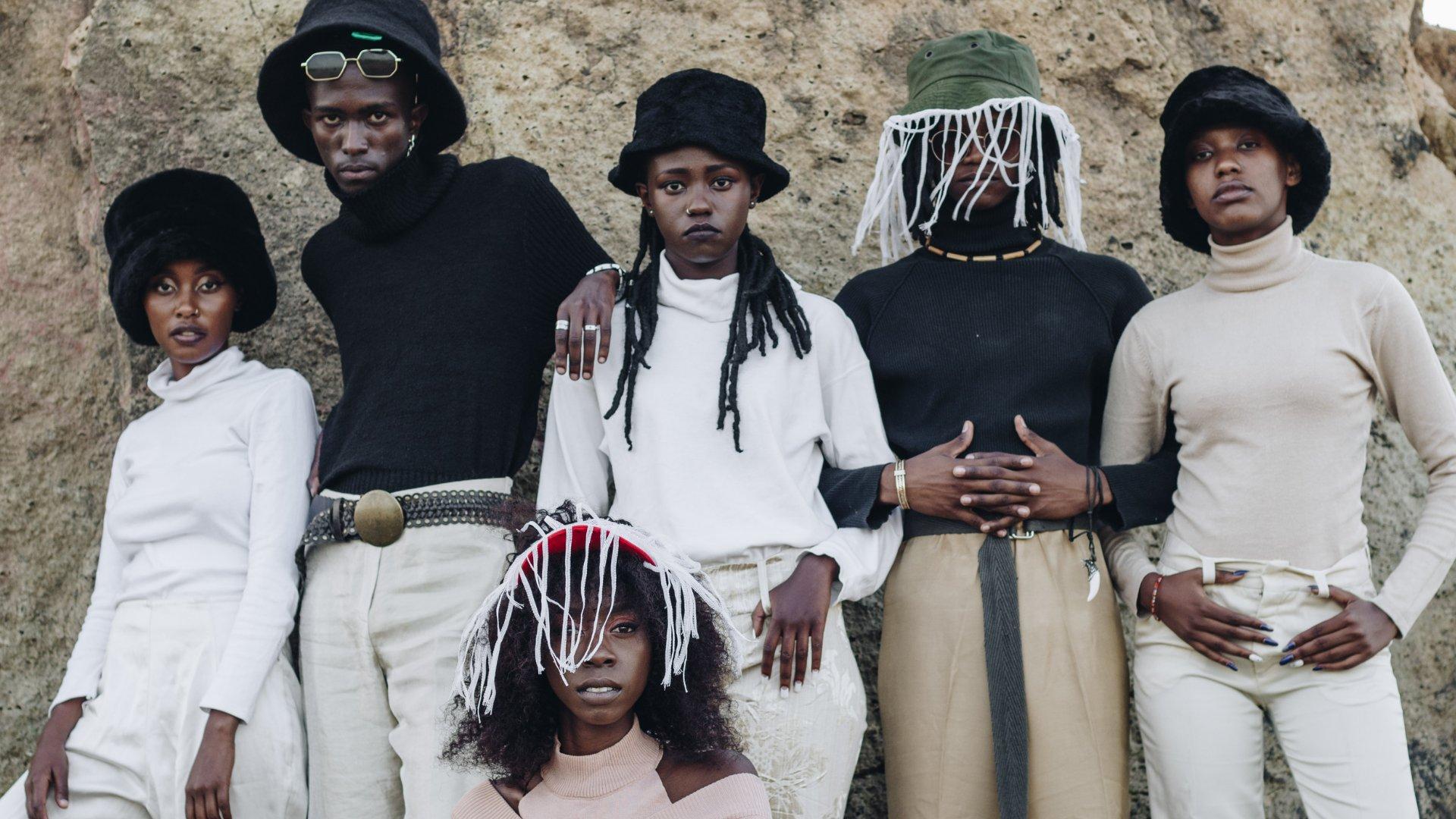 Grupo de modelos negros posando para foto