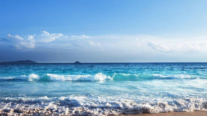 praia na hora do pôr do sol