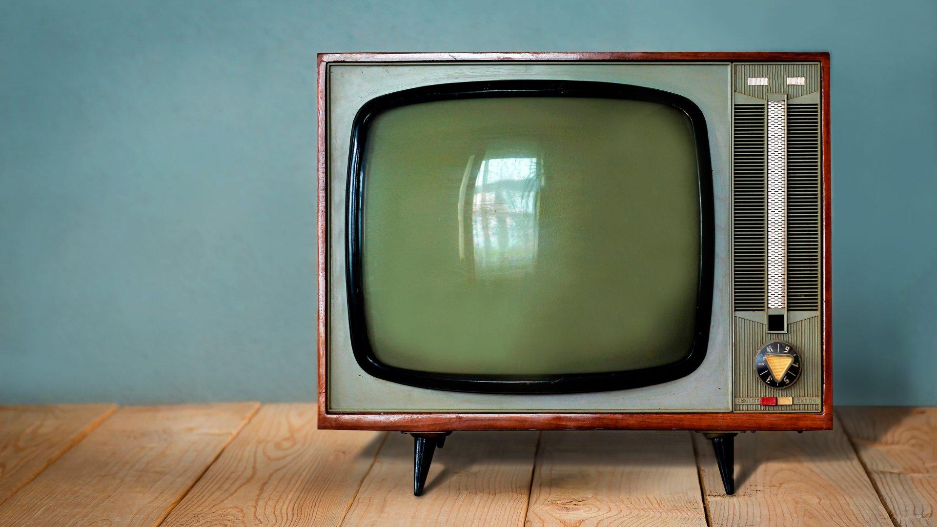Foto de televisão antiga no fundo azul