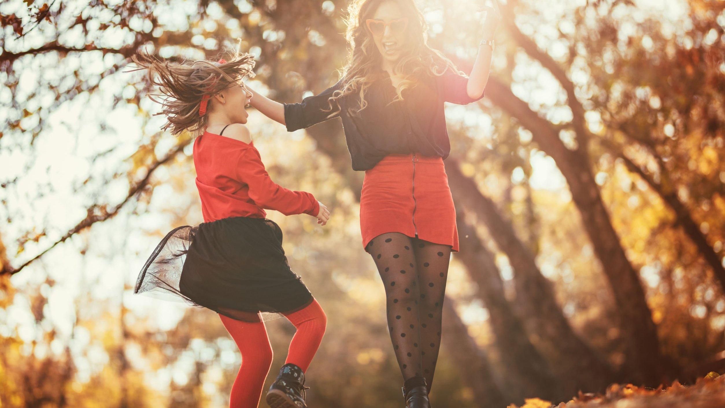 Garota e mulher adulta andando de mãos dadas
