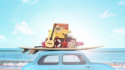 Carro com bagagem de férias como prancha, violão etc no bagageiro de teto