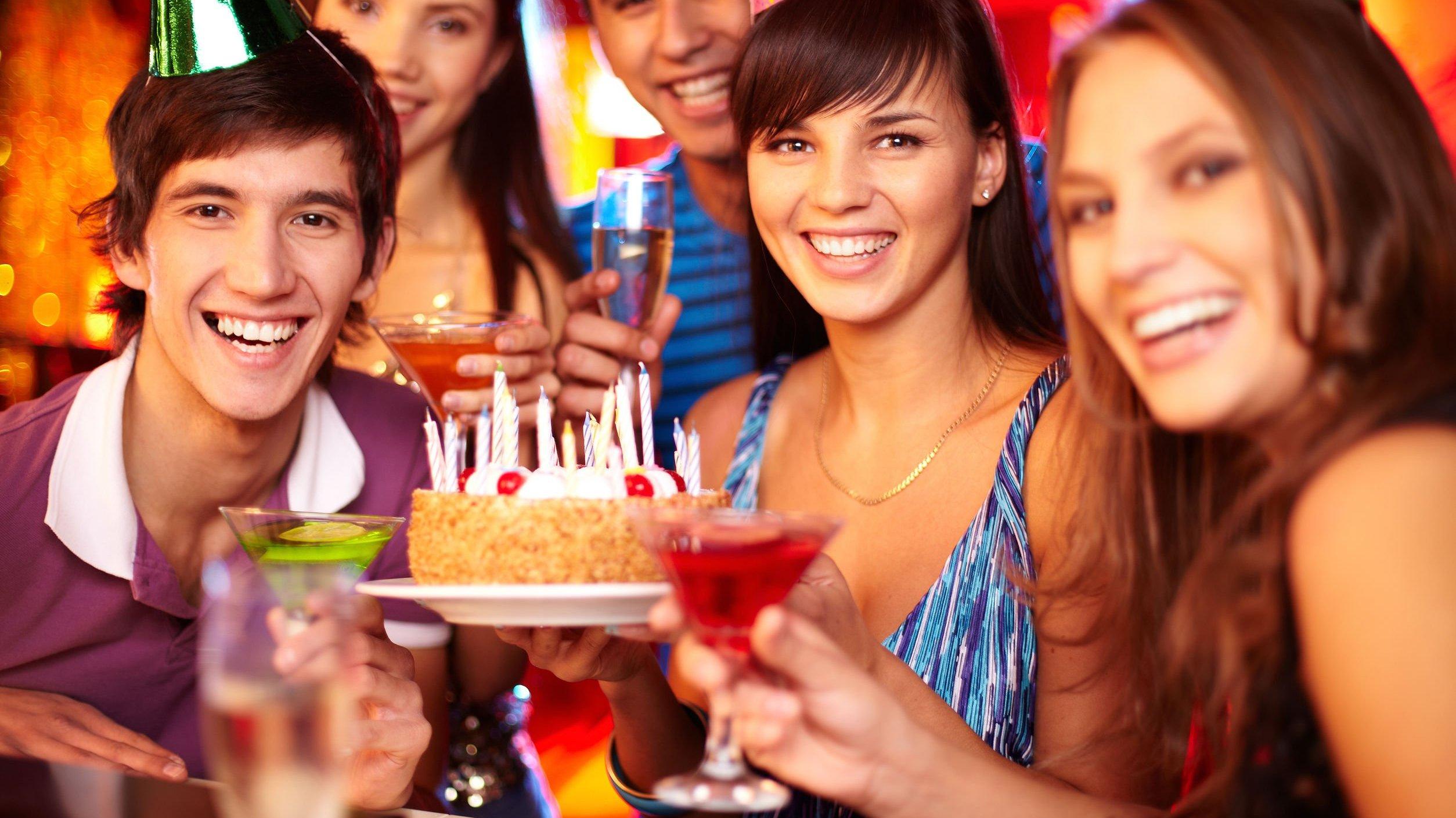 Grupo de pessoas comemorando aniversário.
