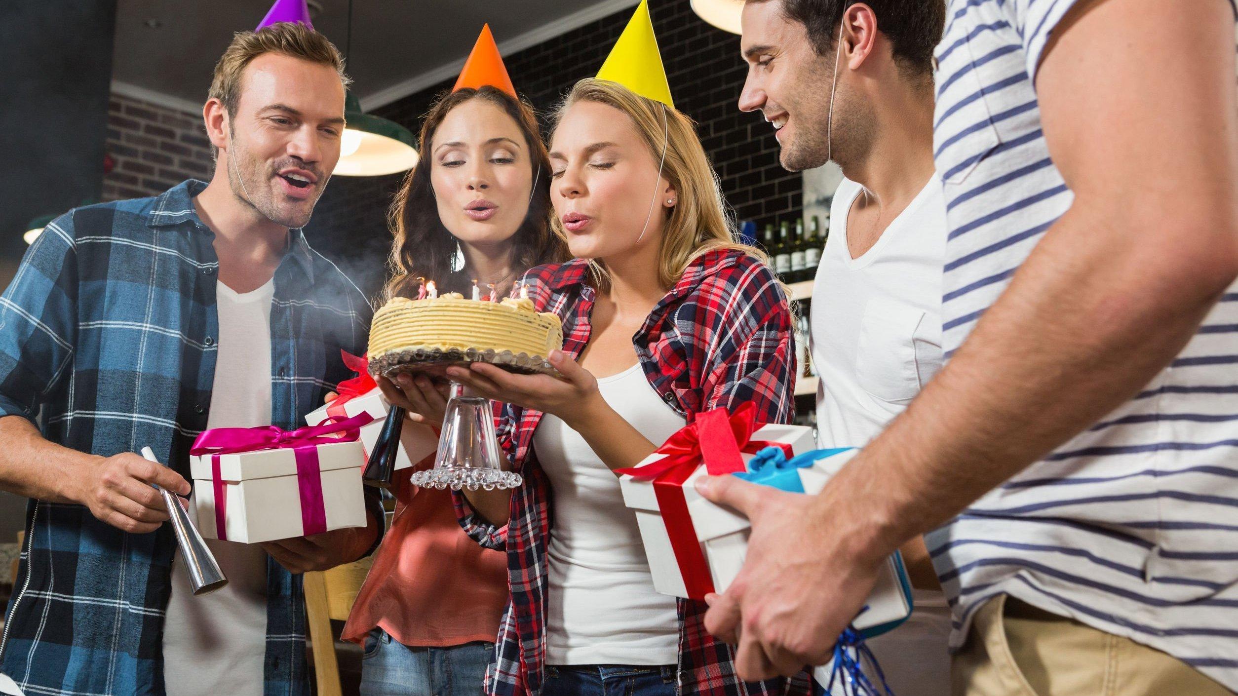 Grupo de amigos comemorando aniversário.
