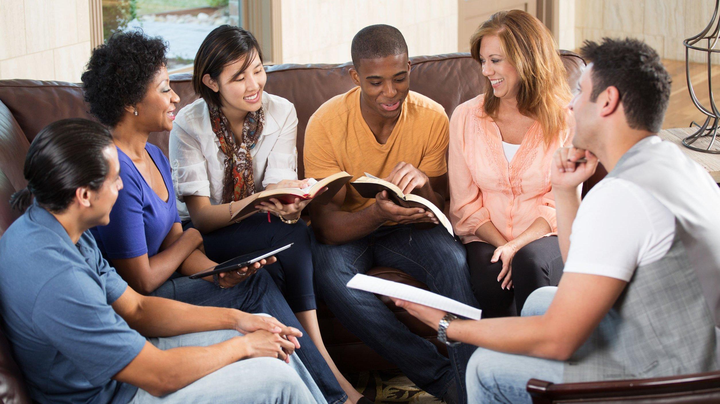 Grupo de amigos reunidos, lendo a biblía.