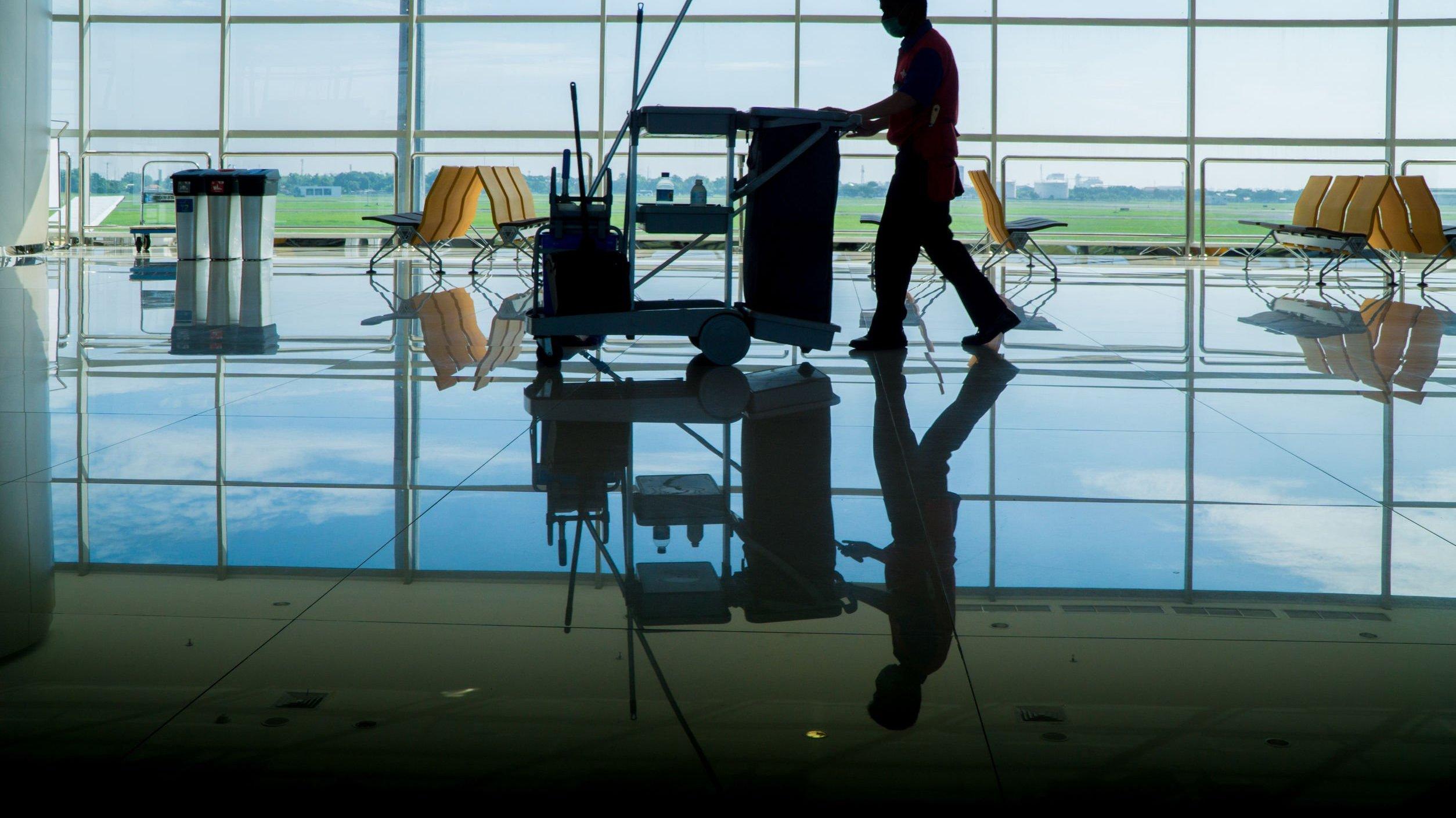 Zelador caminhando em aeroporto