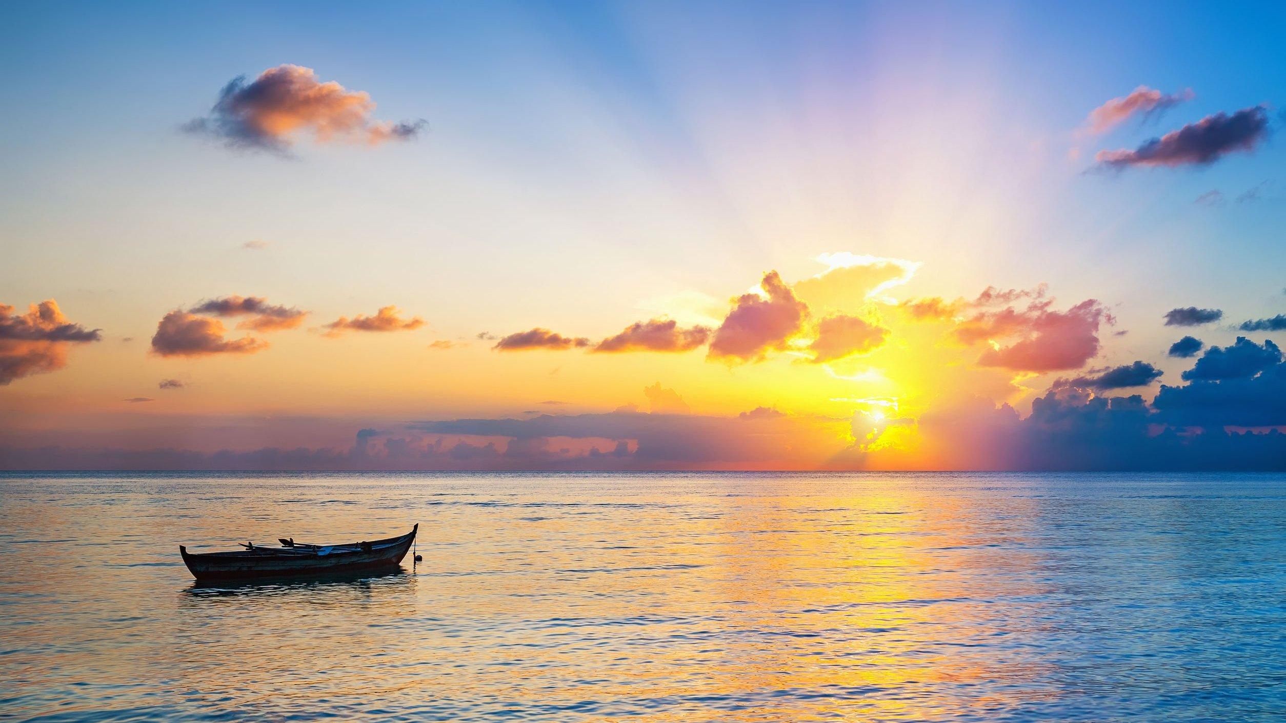 Silhueta de barco no mar