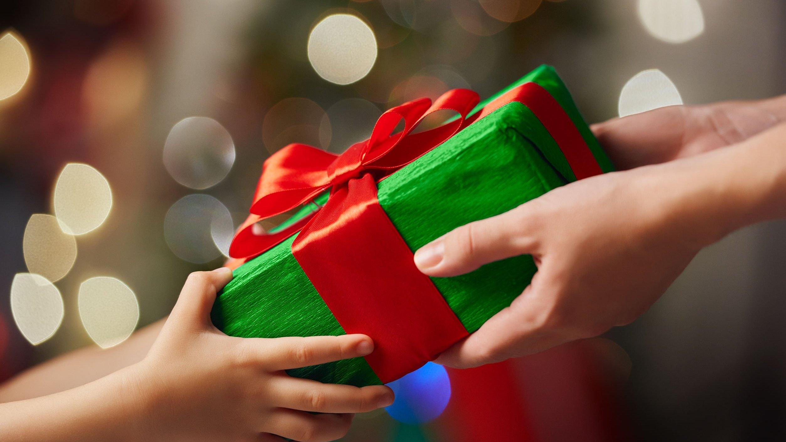 Pessoa entregando presente para outra pessoa
