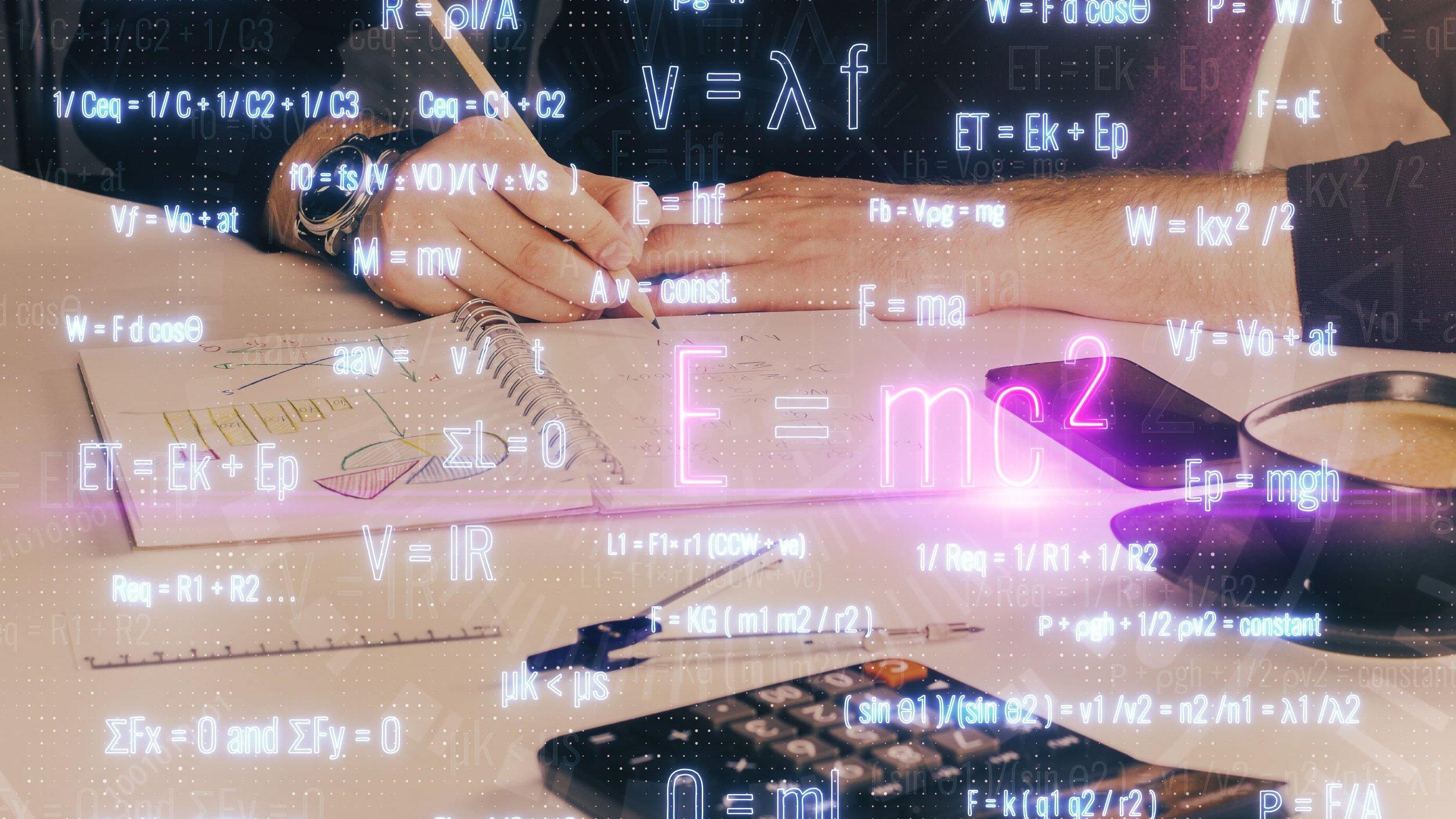 Pessoa fazendo contas matemáticas, calculadora em cima da mesa.