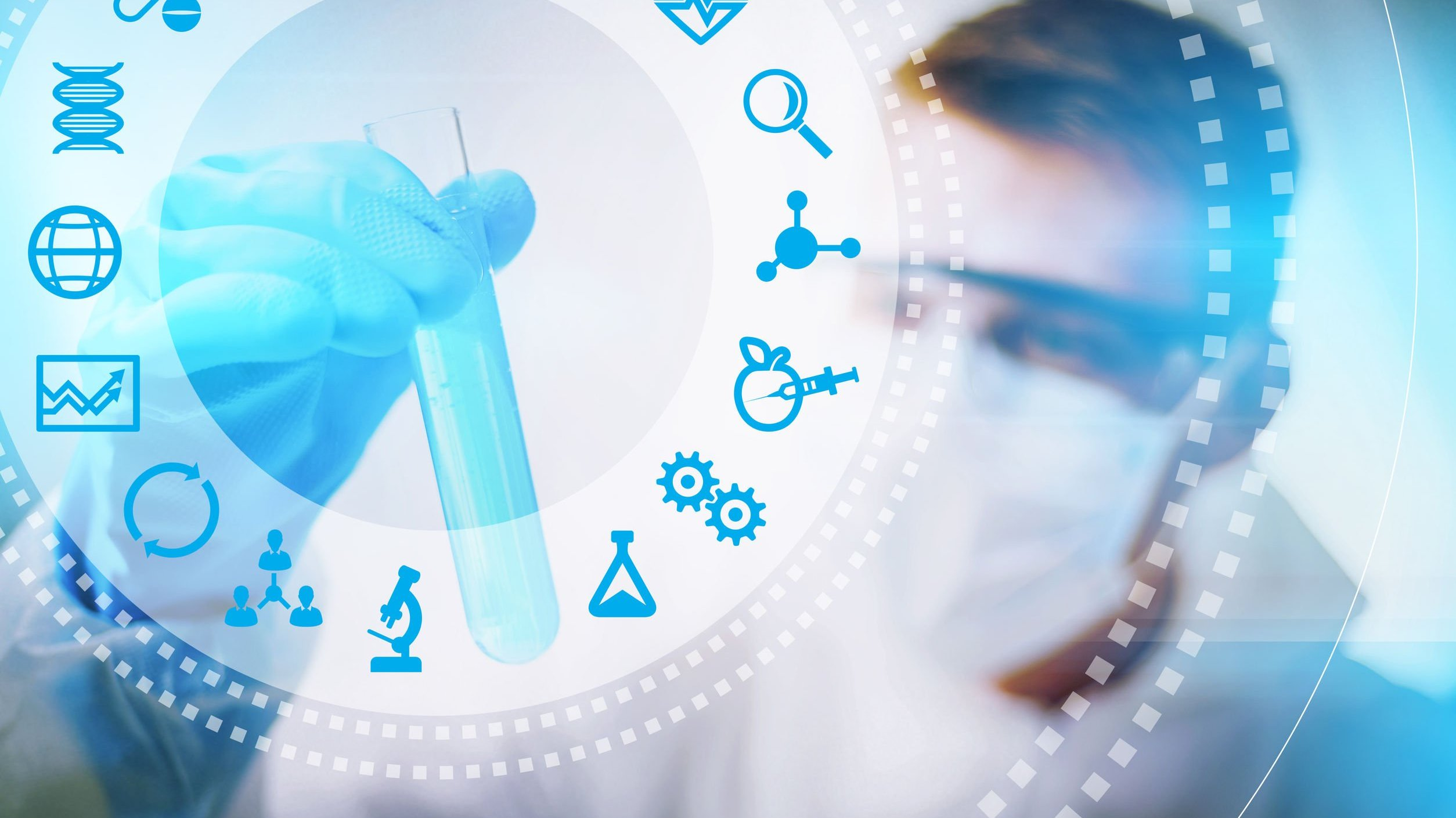 Biomédico segurando vidro em laboratório