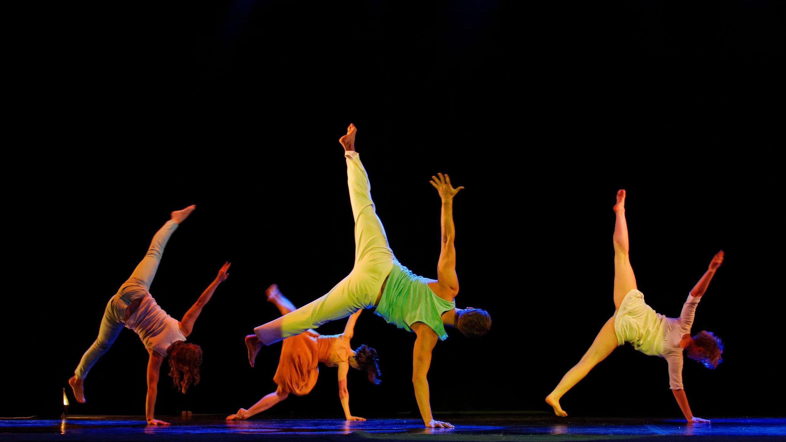 Pessoas fazendo coreografia.