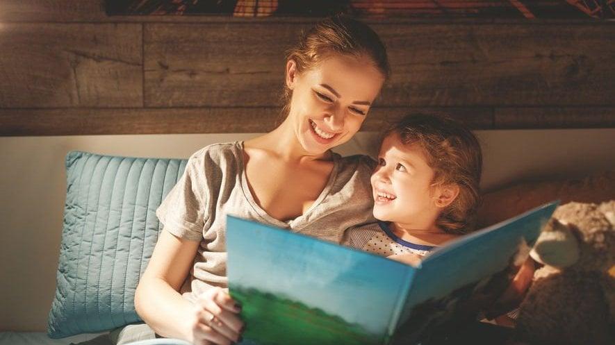 Mulher lendo para criança