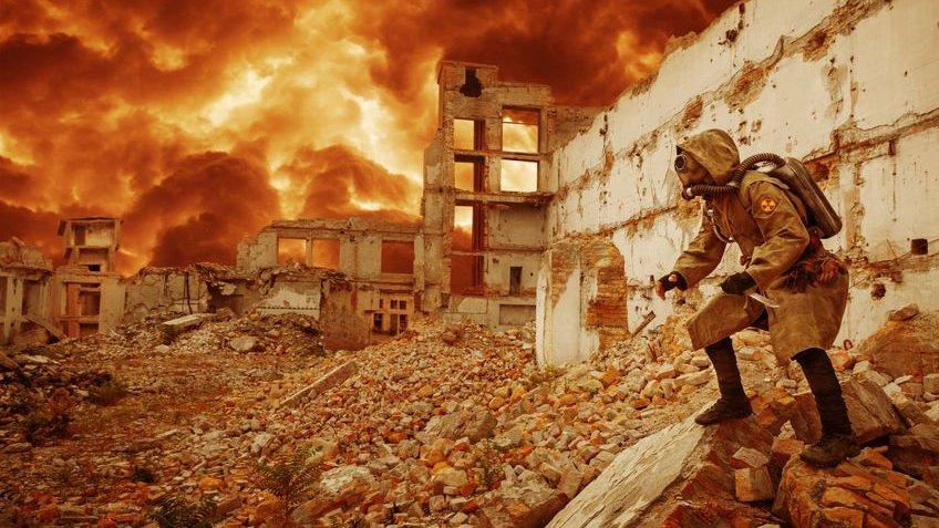 Homem em ruínas de guerra