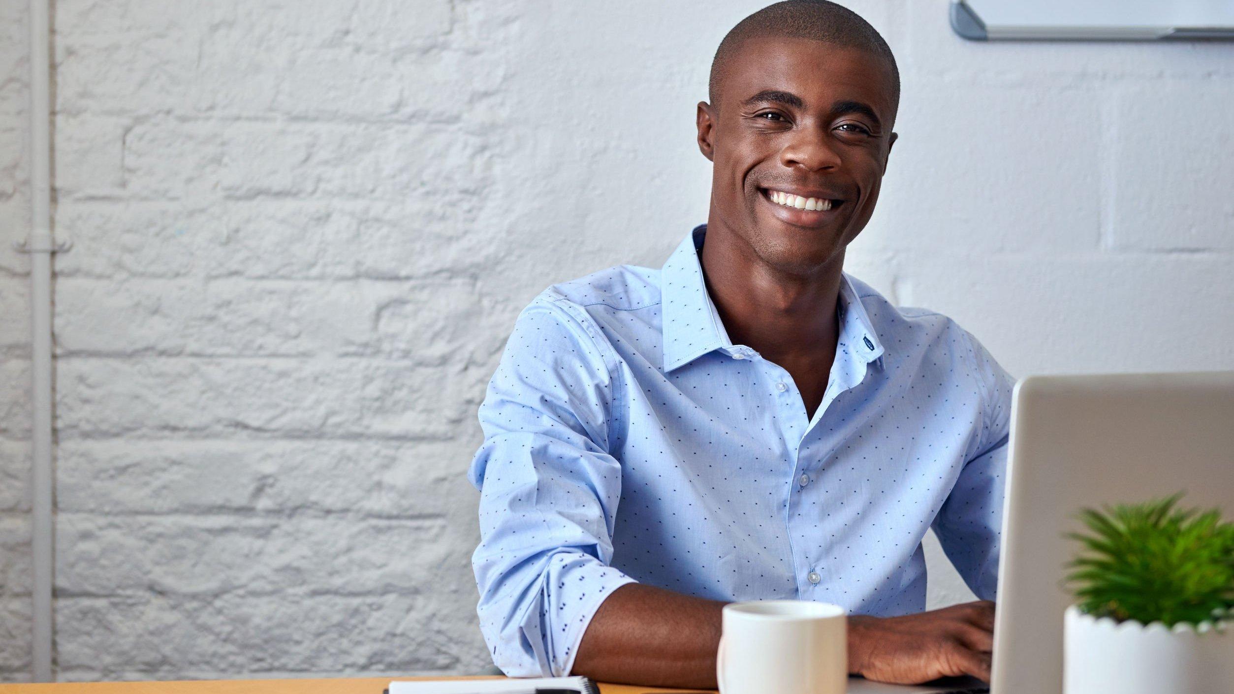 Homem negro sorrindo.