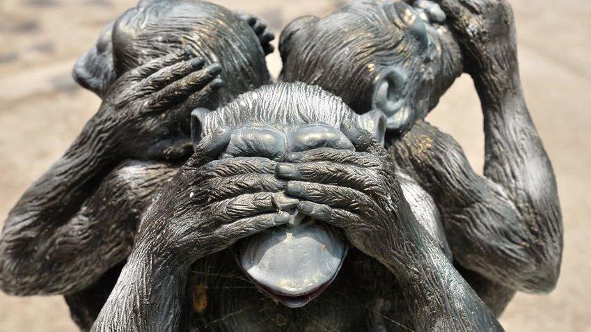 Três macacos tapando olhos, ouvidos e boca.
