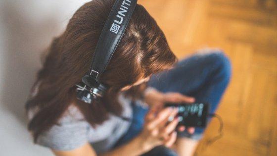 Mulher de fones de ouvindo ouvindo música