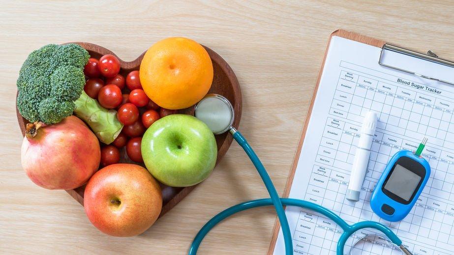 Bandeja com frutas e vegetais e ficha ao lado