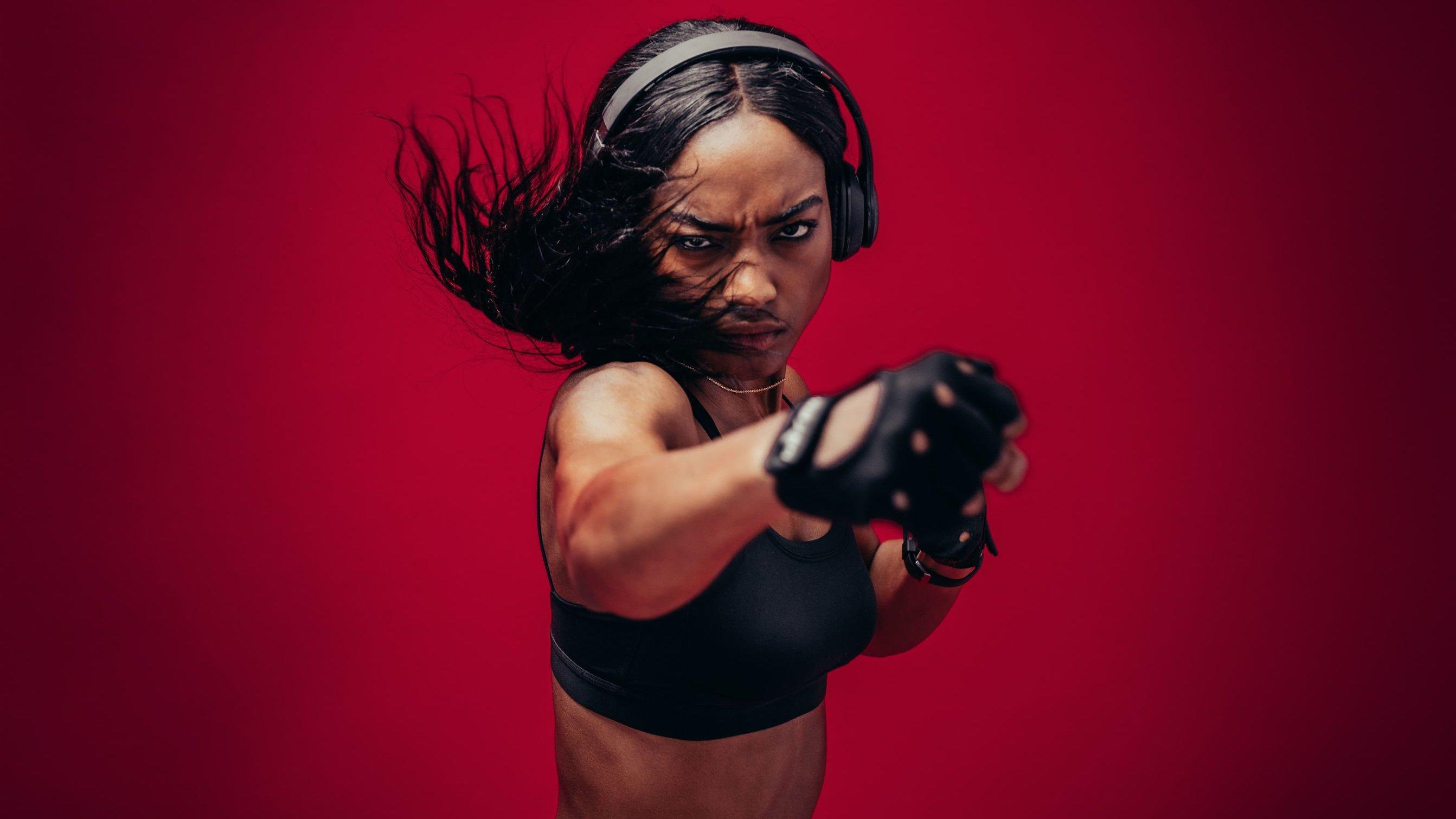 Mulher em posição de luta.