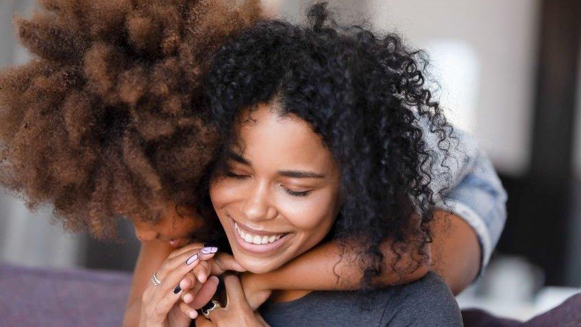 Mulher abraçando amiga